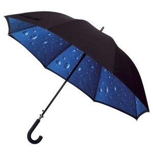 Golfregenschirm mit Regentropfen